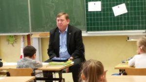André Hahn liest in der Grundschule Pirna-Sonnenstein